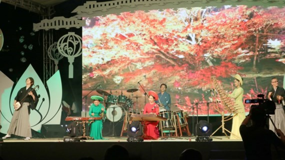 Vietnamese and Japanese artists perform in a traidtional music performance. (Photo: Sggp)