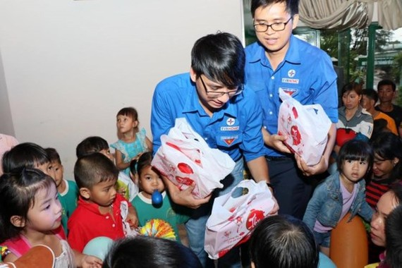 The Youth Union of Ho Chi Minh City Power Corporation presents gifts to children in Dak Nong Province. (Photo: Sggp)