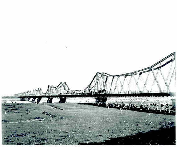 A photo of the French-built Long Bien Bridge in Hanoi. It was once known as the Doumer Bridge (Photo courtesy of the National Archives Centre No 1)