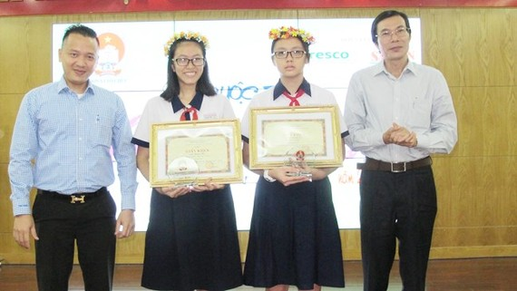 Winning students, Lam Hoang My and Le Ha Tuong Vy