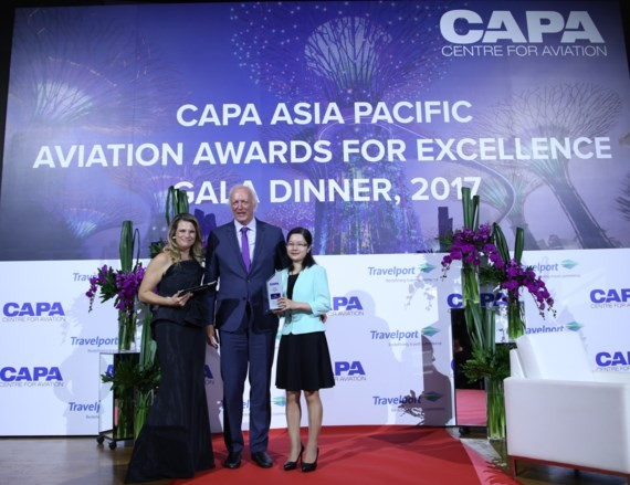 The representative of  Vietnam Airlines receives CAPA Asia Pacific Airline of the Year 2017.