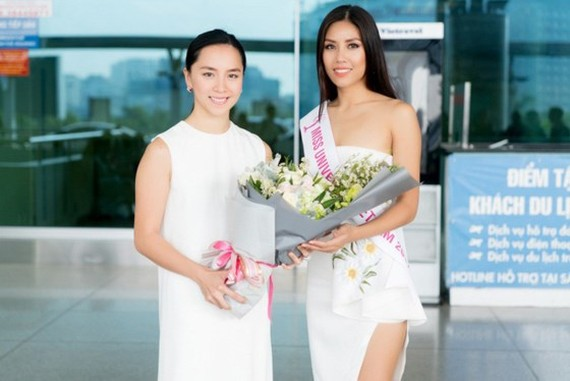 The 2nd runner-up at Miss Universe Vietnam 2015, Duong Truong Thien Ly (L ) saw Nguyen Thi Loan off at the airport. (Photo: Sggp)
