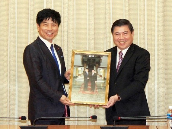 Chairman of the HCM City People's Committee Nguyen Thanh Phong (right) and Japanese State Minister for Foreign Affairs Kazuyuki Nakane. (Photo: VNA)
