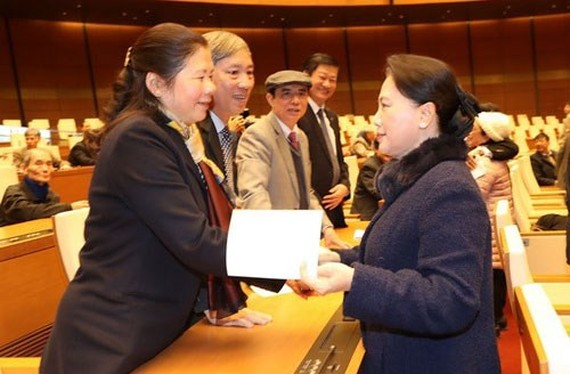 Chairwoman of National Assembly (NA) Nguyen Thi Kim Ngan offers Tet greetings to former NA deputies. (Photo: TTXVN)