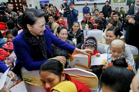 National Assembly Chairwoman Nguyen Thi Kim Ngan offered Tet gifts to children with cancer under treatment at the National Institute of Hematology and Blood Transfusion in Hanoi.