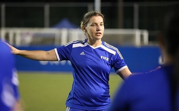 Belinda Wilson is in Vietnam to help developing women's youth football (Photo baomoi.com)