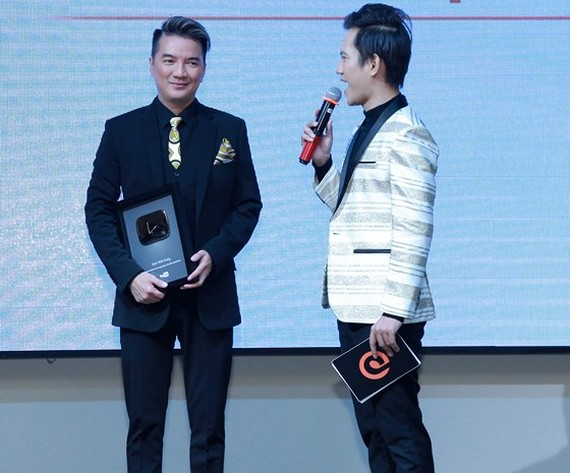 Dam Vinh Hung receives Silver Play Button for reaching 100,000 subscribers on YouTube.