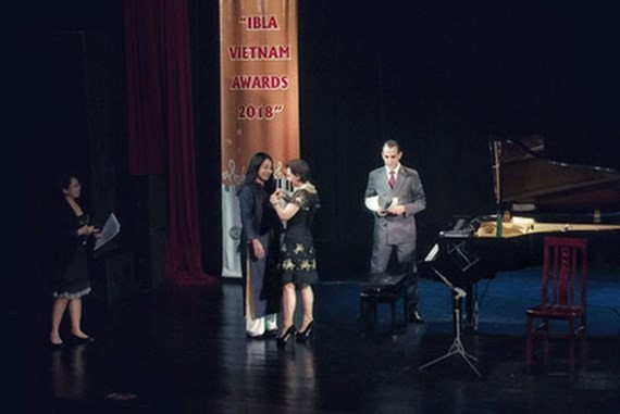 Ambassador of Italy to Vietnam, H.E. Cecilia Piccioni pins the medal of Knight of the Order of the Star of Italy for designer Minh Hanh.