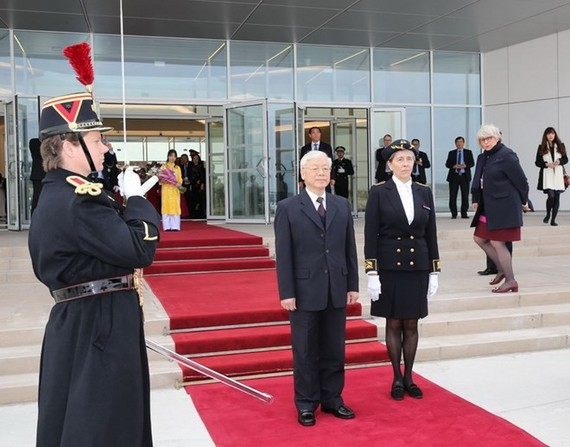 General Secretary of the Communist Party of Vietnam (CPV) Nguyen Phu Trong was welcomed at the Paris Orly Airport (Photo: VNA)