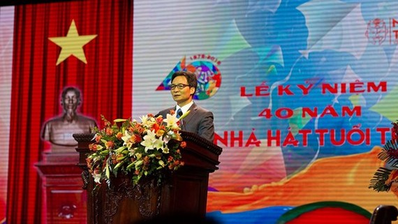 Deputy PM Vu Duc Dam speaks at the ceremony celebrating the 40th anniversary of the establishment of Vietnam Youth Theater. (Photo: Sggp)