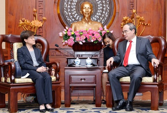 Secretary of HCMC Party Committee Nguyen Thien Nhan (R) receives Singaporean Ambassador to Vietnam Catherine Wong.  (Photo: Sggp)