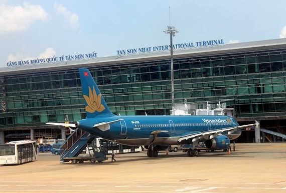 The Tan Son Nhat International Airport has become seriously overloaded, forcing many flights to wait in the air to land (Photo: VNA)