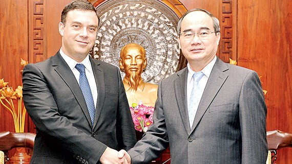 Secretary of HCMC Party Committee Nguyen Thien Nhan on April 24 hosts a reception for Ambassador of Israel to Vietnam Nadav Eshcar. (Photo: Sggp)