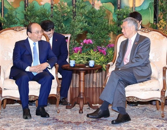 PM Nguyen Xuan Phuc (left) holds talks with Singaporean PM Lee Hsien Loong. (Source: VNA)