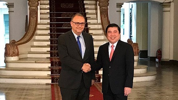 Chairman of the People's Committee of Ho Chi Minh City Nguyen Thanh Phong receives Ambassador of Peru to Vietnam, Augusto Morelli.  (Photo: Sggp)