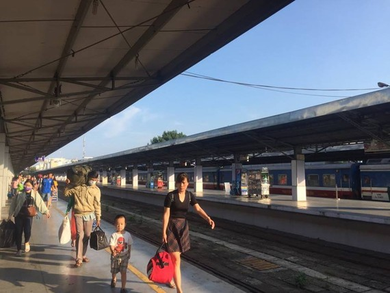 Railway passengers receive 50 Percent off on using mobile e-wallet. (Photo: KK)