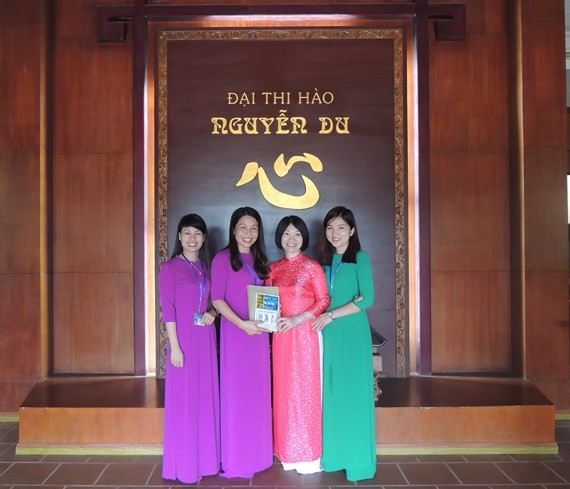 Ha Tinh receives books about Great Poet Nguyen Du and his masterpiece. (Photo: Sggp)
