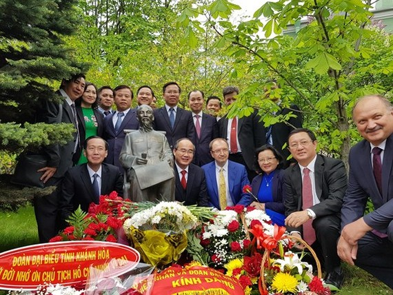 Ho Chi Minh City high ranking officials offer flowers to the statue of President Ho Chi Minh at the St. Petersburg State University. (Photo: Sggp)