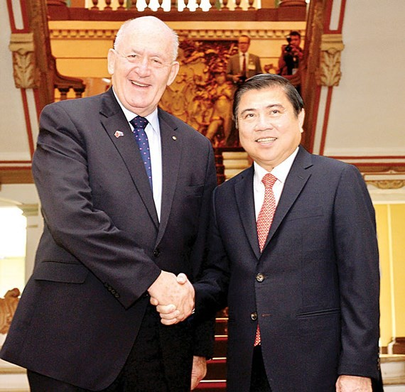 Chairman of the People's Committee of HCMC Nguyen Thanh Phong receives Australian Governor-General Peter Cosgrove. (Photo: Sggp)