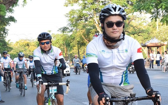 "The Standard Chartered Bank (Vietnam) Limited has raised more than 74,000 USD from the ""Cycling for tomorrow light"" programme for its eye care programme. (Source: doanhnhansaigon.vn)"