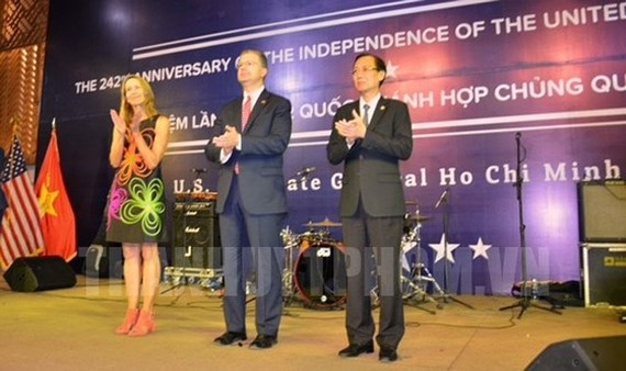 Vice Chairman of the municipal People's Committee Le Thanh Liem (right) join a ceremony to celebrate the 242nd Independence Day (July 4) of the US in HCM City. (Photo: Thanhuytphcm.vn)
