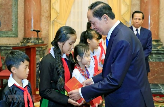 President Tran Dai Quang presents gifts to needy children (Photo: VNA)