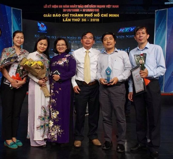 Sai Gon Giai Phong Newspaper's journalists receive prizes at the the 36th HCMC Press Awards 2018.  (Photo: FB Do Viet Dung)