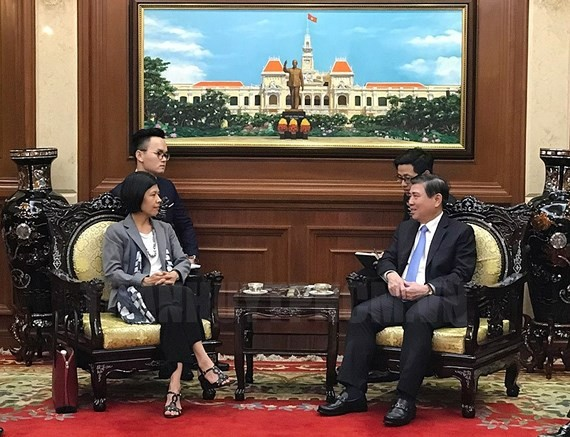Chairman of the Ho Chi Minh City People's Committee Nguyen Thanh Phong (R) hosts Canadian Ambassador to Vietnam Ping Kitnikone  (Photo: Sggp)
