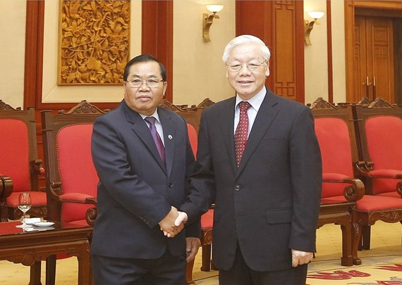 Party General Secretary Nguyen Phu Trong (R) receives Vice Chairman of the Lao National Assembly Sengnouane Xayalath in Hanoi on July 17 (Photo: VNA)