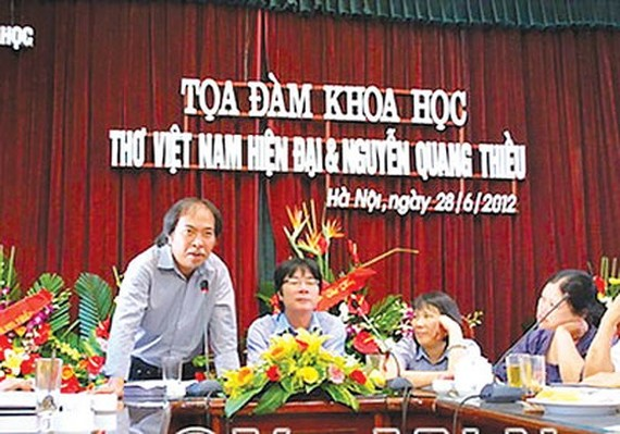 Poet Nguyen Quang Thieu (L) speaks at a seminar. (Photo: Sggp)