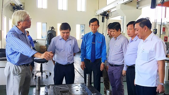 Chairman of the People's Committee of HCM City, Nguyen Thanh Phong visits Lap Phuc Co.,Ltd.  (Photo: Sggp)