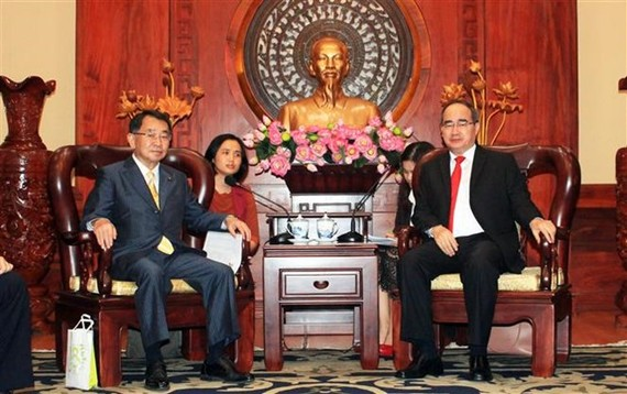 Secretary of the Ho Chi Minh City Party Committee Nguyen Thien Nhan (R) received Ryu Shionoya, President of the Japan-Mekong Parliamentary Friendship Association on July 26 (Photo: VNA)