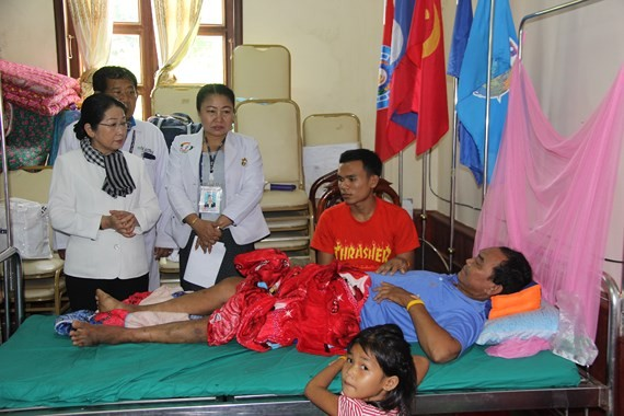 AdelegationofHo Chi Minh City officials visits victims of Lao dam collapse. (Photo: Sggp)