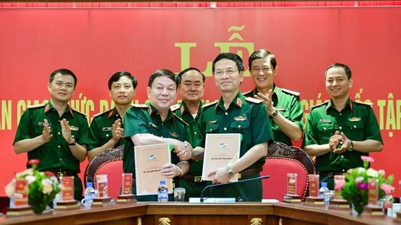 Former general director of Viettel, Major General Nguyen Manh Hung (R ) and his predecessor,  Major General Le Dang Dung (L) in theappointment ceremony on August 3
