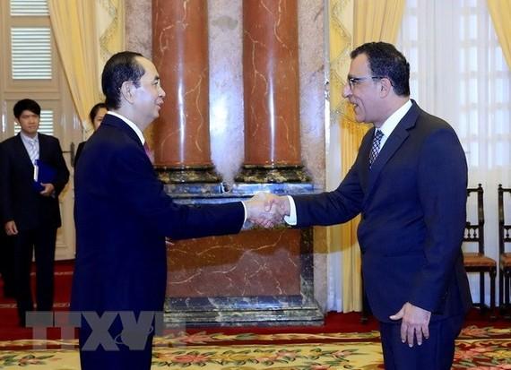 President Tran Dai Quang (L) and Chilean Ambassador Jaime Chomali Garib (Source: VNA)