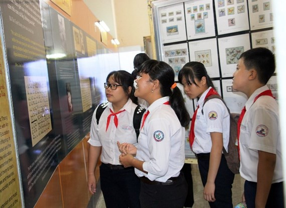 Students visit the stamp exhibition.  (Photo: Sggp)