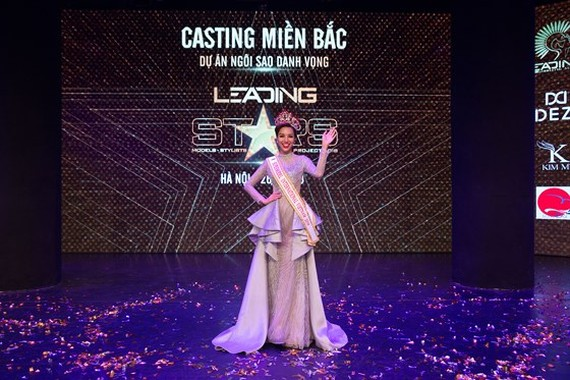 """Kha Trang is crowned at the """"Leading stars Project"""" competition."""