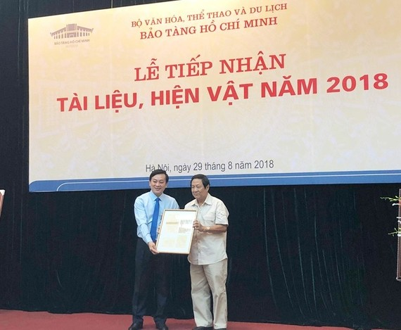 The Ho Chi Minh Museum receives artifacts from former Minister of Health Hoang Tich Tri.  (Photo: baochinhphu.vn)
