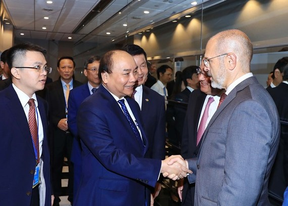 Prime Minister Nguyen Xuan Phuc (centre) shakes hands with US entrepreneurs at the seminar in New York city on September 27 (Photo: VNA)