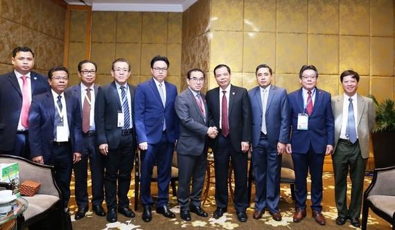 Vietnamese Minister of Agriculture and Rural Development Nguyen Xuan Cuong (fourth, right) and Cambodian Minister of Agriculture, Forestry and Fisheries Veng Sakhon (fifth, right) and other officials at the meeting (Photo: dantri.com.vn)