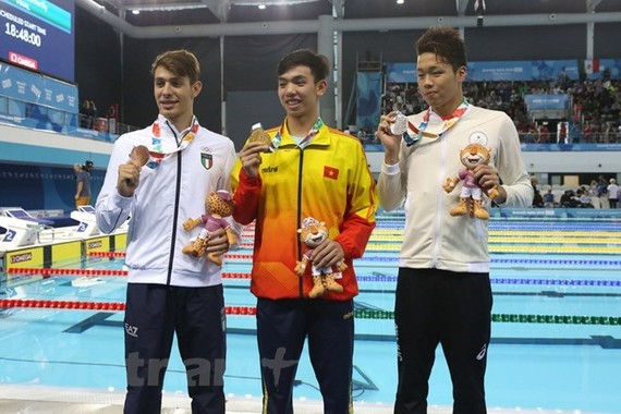 Vietnamese swimmer Nguyen Huy Hoang (middle) triumphs in the men's 800m freestyle at the ongoing 2018 Summer Youth Olympics in Argentina (Photo: VNA)