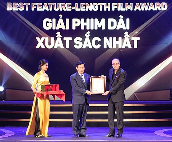 Minister of Culture, Sports and Tourism Nguyen Ngoc Thien (L) presents the Best Feature Film Award to Iranian director Rouhollah Hejazi. (Photo: Sggp)