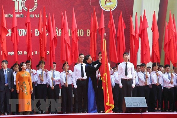 Chairwoman of the National Assembly Nguyen Thi Kim Ngan on November 3 presents the State's third-class Independence Order to Chu Van An High School. (Photo: VNA)