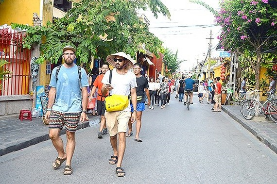 Foreign tourists visit Hoi An. (Photo: Sggp)