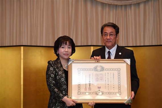 Academician Dr. Nguyen Thi Thanh Nhan (L) receives Japan's Order of the Rising Sun from Japanese Ambassador to Vietnam Umeda Kunio (Source: VNA)