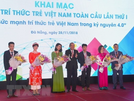 Deputy Prime Minister Truong Hoa Binh (centre) and participants in the forum pose for a photo (Photo: VNA)