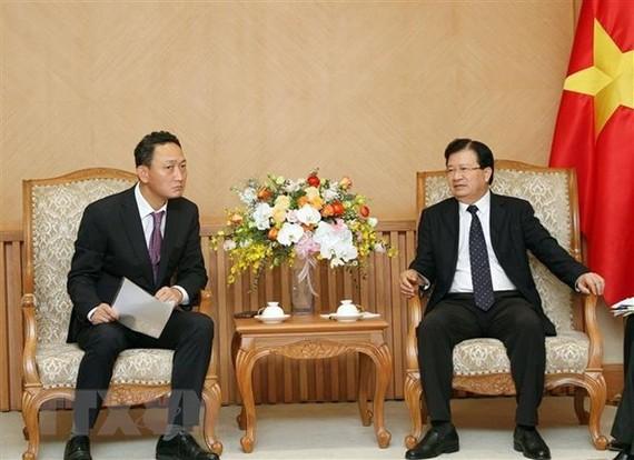 Deputy Prime Minister Trinh Dinh Dung (R) and RoK Ambassador to Vietnam Kim Do-hyon  (Source: VNA)