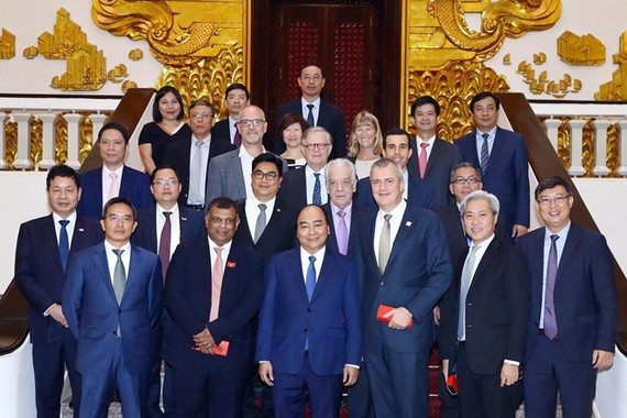 Prime Minister Nguyen Xuan Phuc (front, third, left) and international tourism investors pose for a photo (Photo VNA)
