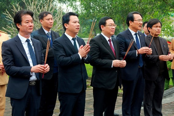 Deputy Prime Minister Vuong Dinh Hue ( C)  offers incense and flowersat the Great Luminary Nguyen Cong Tru temple in Ha Tinh province. (Photo: Sggp)