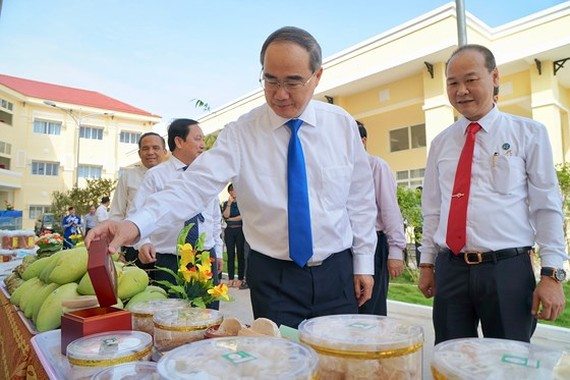 Secretary of the Ho Chi Minh City Party Committee Nguyen Thien Nhan visits an exhibition of local specialities of Can Gio district. (Photo: Sggp)